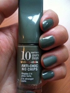 Bourjois Kaki + Matte About You Essie sur l'annulaire