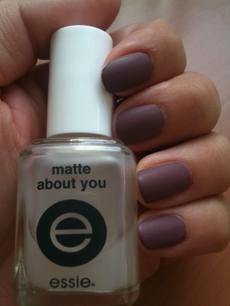 Vernis violet avec top coat Essie matifiant Matte About You