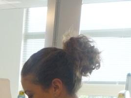 cheveux bouclés attachés
