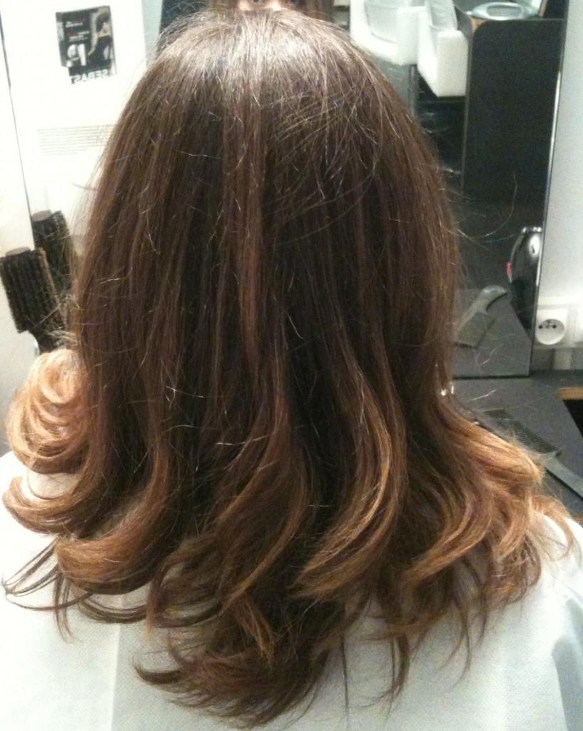 cheveux bouclés après lissage brésilien