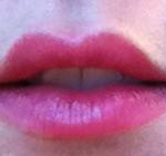 A mi-chemin entre le gloss et l'encre à lèvres…