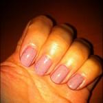 Des ongles «nude» à paillettes (on peut dire Low Nail, aussi)