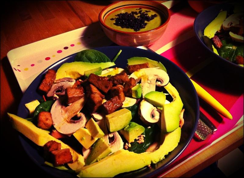 Salade de tofu mariné (avec petite soupe de brocolis aux lentilles beluga en entrée).