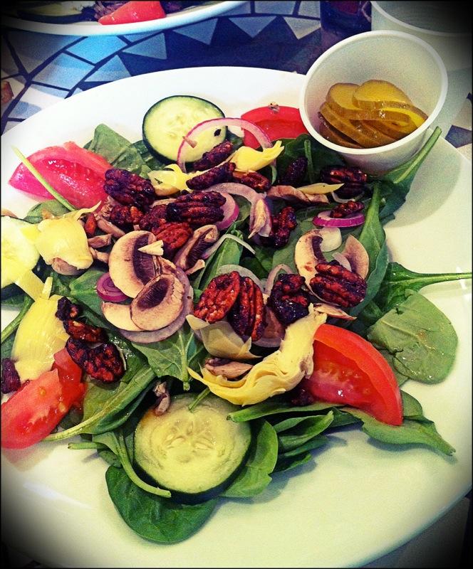 Salade de folie dans laquelle le fromage a été remplacé par une double ration de noix caramélisées.