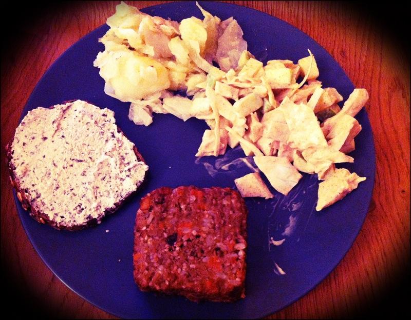 Chou cuit en haut à gauche, chou cru en haut à droite, steak de seitan et tartinade de tofu je ne sais plus quoi.