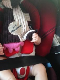 Le doudou SUR la tête, cette pratique étrange qui fait dormir l'enfant.