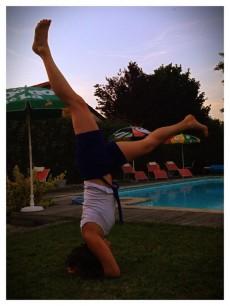 J'avais appelé cette playlist Sirsasana parce que c'était la posture de yoga qui m'obsédait un peu quand j'ai repris le yoga après mon accouchement : je ne voyais pas dans quelle obscure configuration j'allais réussir à mettre mon cul aussi haut. 9 mois plus tard, ça commence à venir.