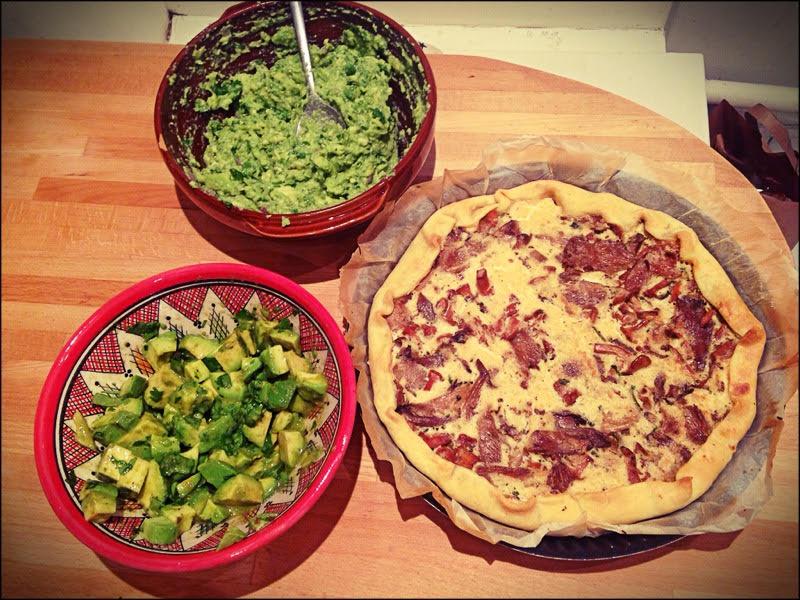 Préparation de brunch : guacamole, salade d'avocat et tarte aux champignons que l'enfant refusera de manger.