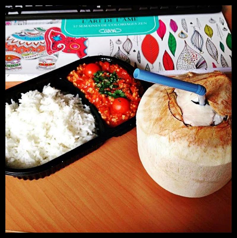 Curry de tomates fraîches (avec protéines de soja) et noix de coco. Le déjeuner parfait.