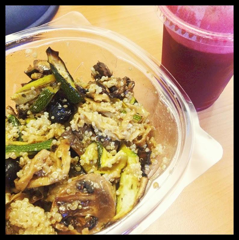 Ah et voilà une photo de moi ! (vous voyez la différence ?) avec une salade de quinoa et des légumes marinés, accompagnée d'un jus à la betterave (et à la pomme).