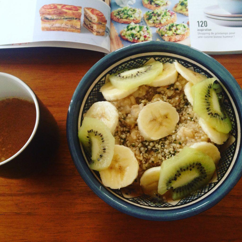 Avec banane et kiwi (là encore une journée de congés sans enfant) (je ne voudrais pas être l'un de ces blogs qui font croire que leur vie quotidienne est une succession de moments sereins où on déguste du porridge dans un joli bol ; c'est juste que quand j'avale mon porridge dans un tupperware avant une réunion, je ne prends pas de photo)