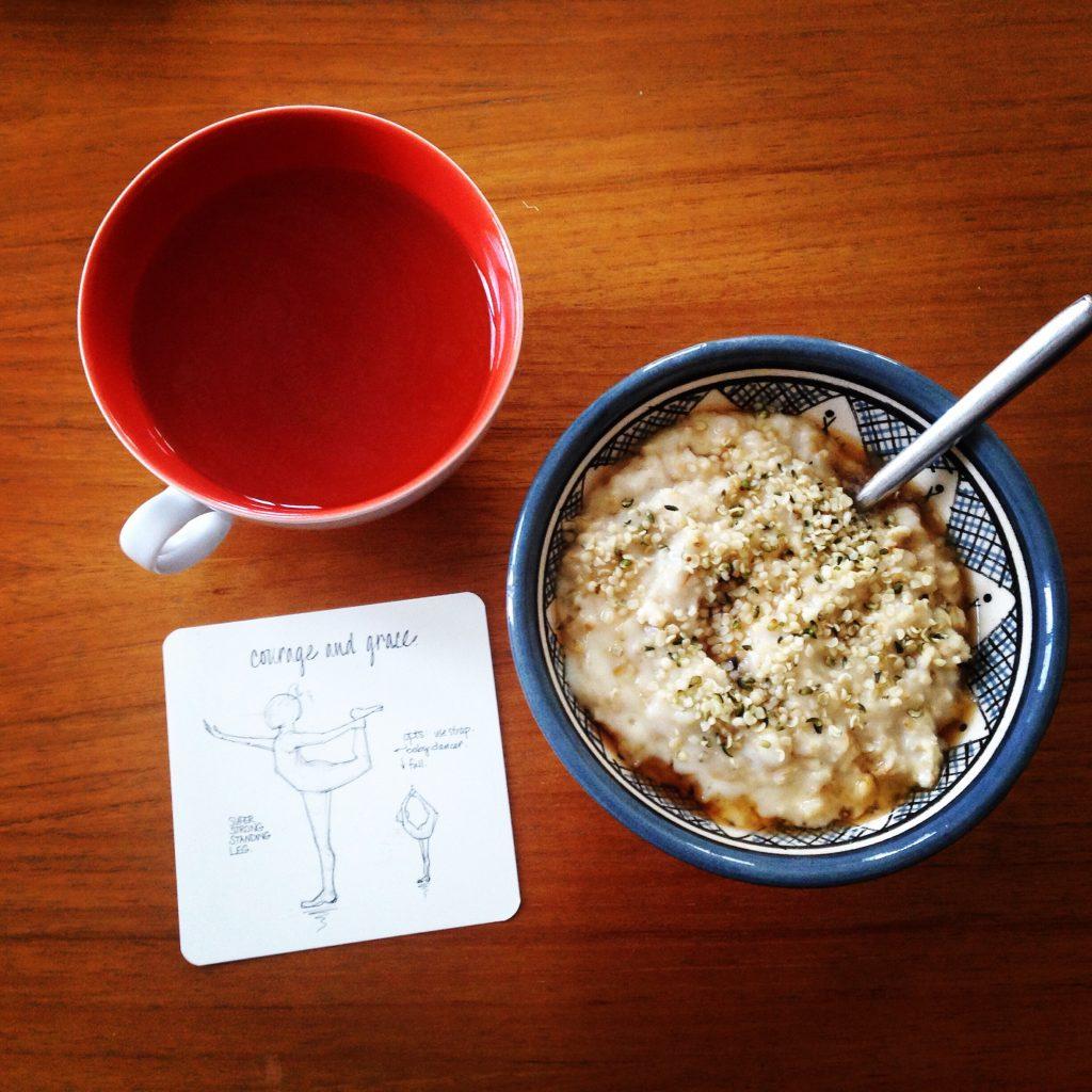 N'allez pas croire que je mets mon porridge dans un joli bol à côté d'une carte de yoga tous les matins, hein, il s'agissait d'une semaine de congés sans enfant et en pleines révisions pour mon exam de yoga.